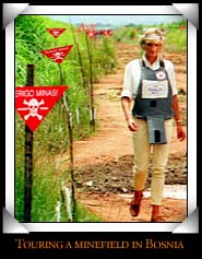 Diana touring a minefield in Bosnia - perigo minas